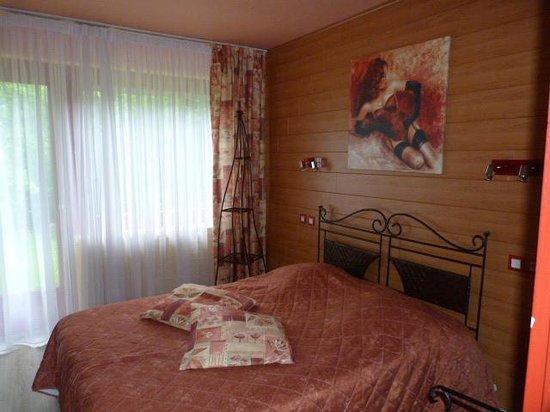 Hotel Restaurant les Pins : La chambre