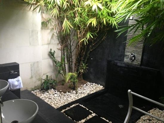 Scallywags Resort: outside bathroom
