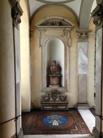 Residenza Ruspoli Bonaparte: staircase leading up to apartment