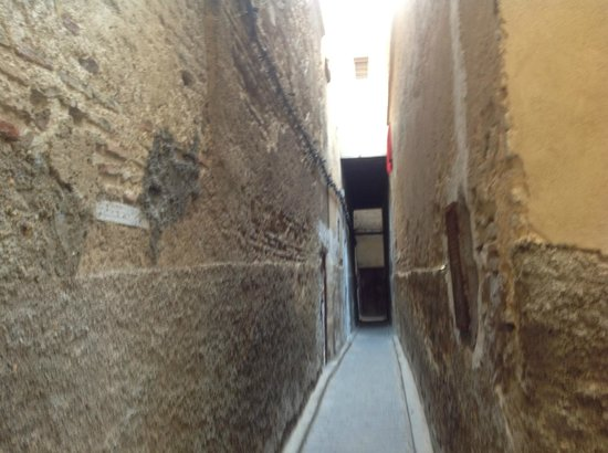 Riad Adarissa : Alleyway where the hotel is located, entrance on the left.