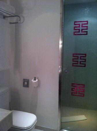 Room Mate Emma: Good shower