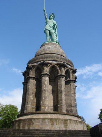 Detmold, Alemania: Ter informatie, Het zwaard alleen al is zeven meter lang en het gewicht van het standbeeld is ru