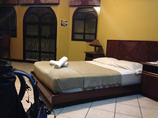 Alajuela Backpackers Boutique Hostel: what has been once white is now grey with stains