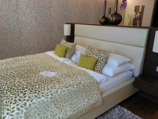 Iris Porsche Hotel & Restaurant: Double bed with welcome