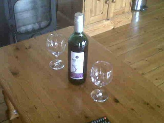 Coombe Barn Holidays: Bottle of wine on arrival