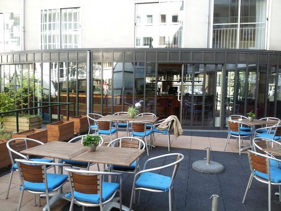 NH Amsterdam Museum Quarter: Hotel outdoor dining
