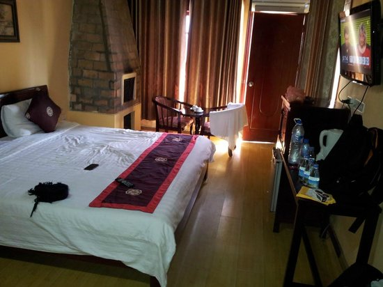 Holiday Sapa Hotel: spacious room with private balcony facing hills