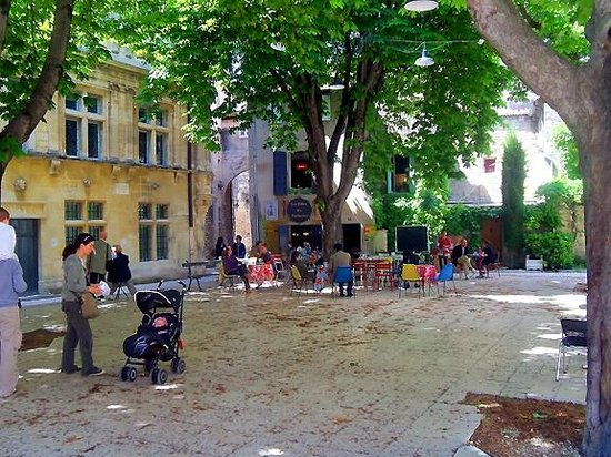 Les Filles du Patissier : The square and chestnut trees