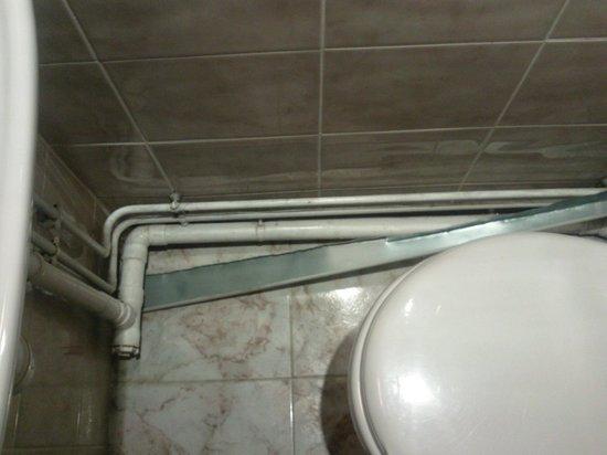 Ambassadeur Hotel : Ferraille tombée du plafond dans la salle de bains