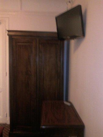 Ambassadeur Hotel : Le mobilie de la chambre...