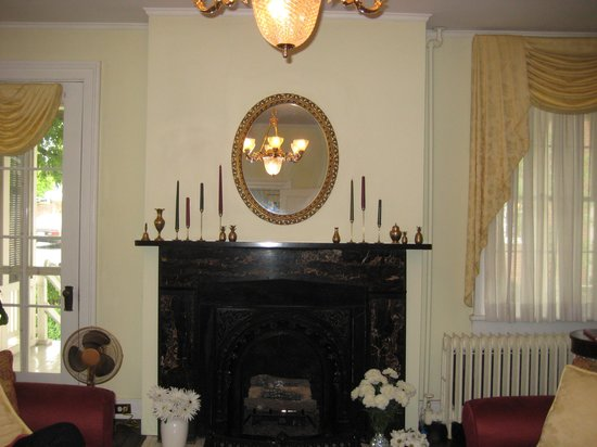 Holladay House Bed and Breakfast: Fireplace in Living Room