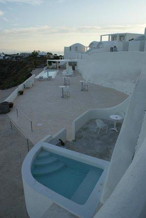 Rocabella Santorini Hotel & Spa : Terrasse de l'hôtel avec piscine et notre suite