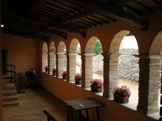 Natalini Agriturist: Portico rialzato