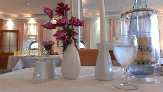 Sommerstorf, Tyskland: traurige Blumen auf dem Tisch