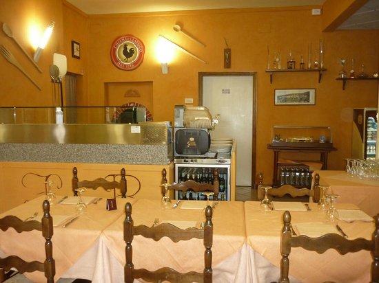 Hotel Italia : il forno a legna per la pizza e il simbolo del gallo nero (chianti)