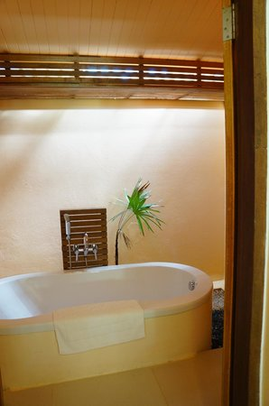The Beach Boutique Resort: Bathtub