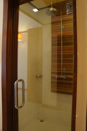 The Beach Boutique Resort: Shower Room