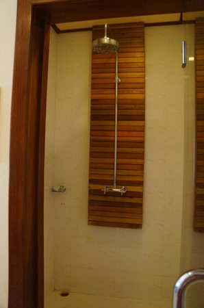 The Beach Boutique Resort: Shower