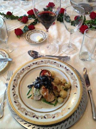 Restaurant Merlot: Udbenet og fyldt bornholmer hane med porre og basilikum, hertil sauce af trumpethatte