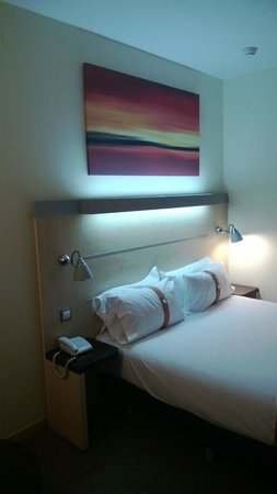 Holiday Inn Express Alcobendas : Room and bed