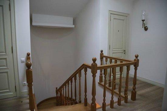 Weekend Inn: escalier entre les 2 niveaux