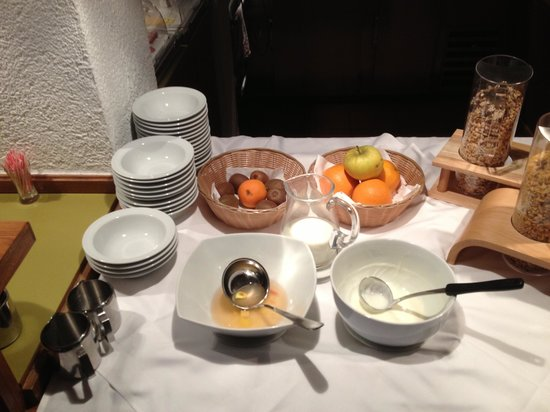 Hotel My Poppelsdorf: Empty dishes, 45 minutes before the end of breakfast