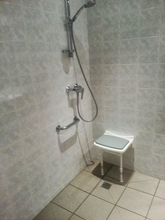 Hotel Le Commerce: the shower
