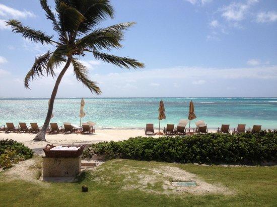 Tortuga Bay Hotel Puntacana Resort & Club: Nice footwash stations and towel drink service at beach