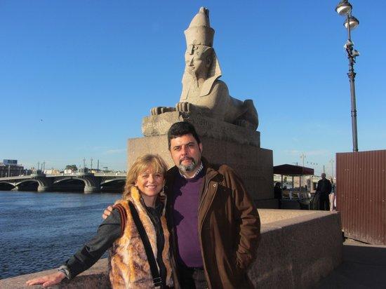 Shorex.RU Private Shore Day Excursions : Esfinge de Amenhotep frente a la Academia de Bellas Artes