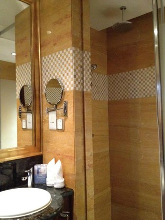 Zhuhai Charming Holiday Hotel: Hotel Bathroom