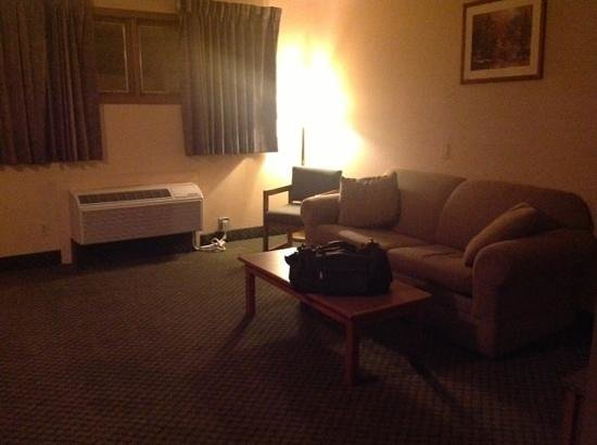Knights Inn Lincoln : living area of king suite