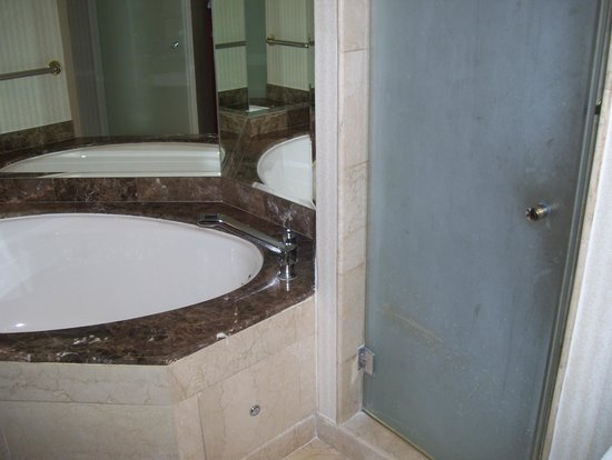 JW Marriott Hotel Quito: tub and shower