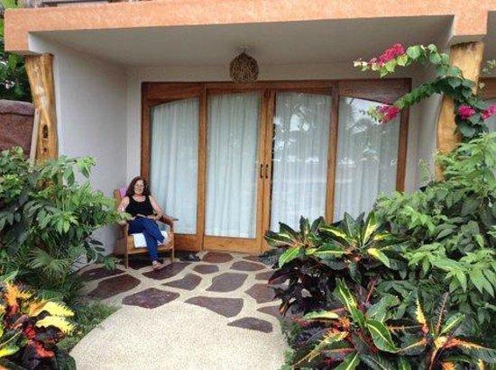 Canoa Beach Hotel: Nice sitting area outside each room next to pool