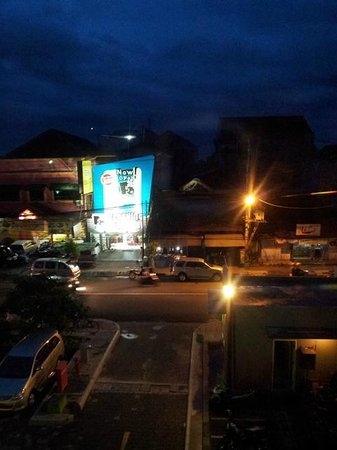POP! Hotel Sangaji Yogyakarta: Outside the hotel at night