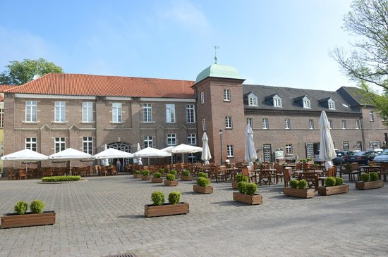 Hotel Schloss Westerholt: nice exterior, isn't it?