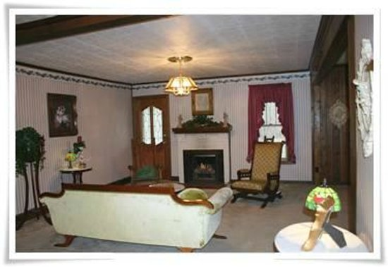 Falcon Manor Bed and Breakfast : Cottage Great Room