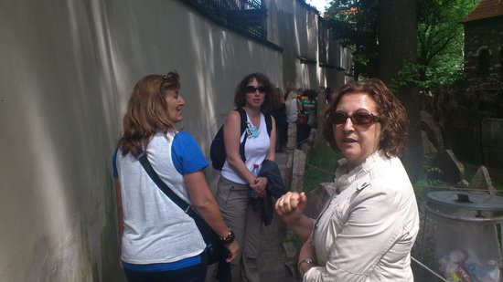 Andrea Barcalova,Tours privados en espanol: Andrea en medio. Cementerio judío