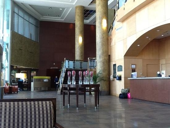 Sheraton Suites Calgary Eau Claire: Lobby - bright, clean