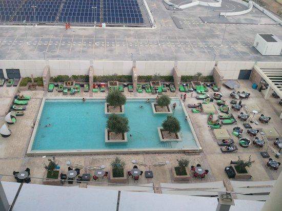 Aloft Abu Dhabi: Vista dall'alto della piscina