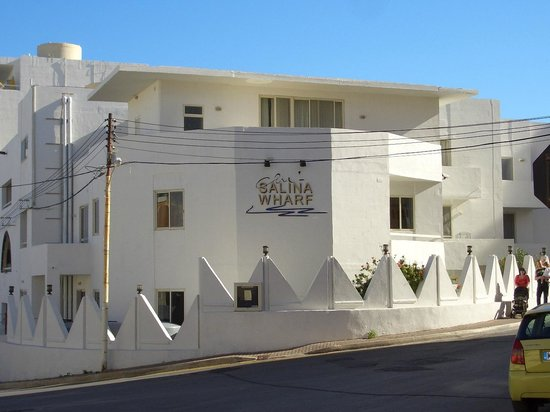 Club Salina Wharf: Hotel from road