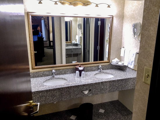 Drury Inn St. Louis Airport: Suite Bathroom