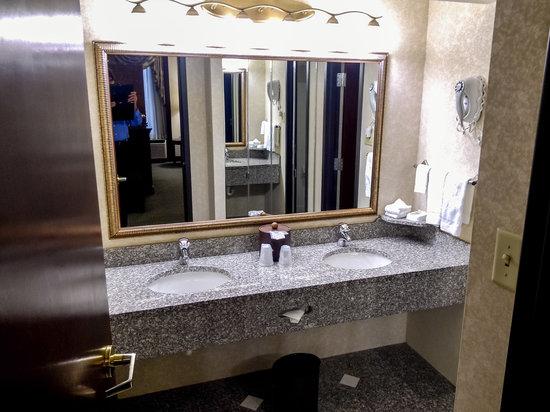 Drury Inn & Suites St. Louis Airport: Suite Bathroom