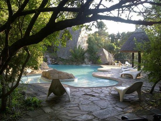 Ntshondwe Lodge: Swimming pool with water feature