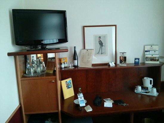 Best Western Premier Hotel Villa Stokkum: TV, Schreibtisch