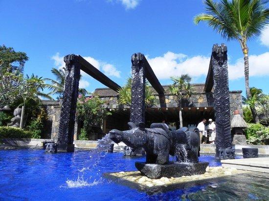 """The Oberoi, Mauritius: Pool area (Beach2) - to reastarant """"On the rocks"""""""