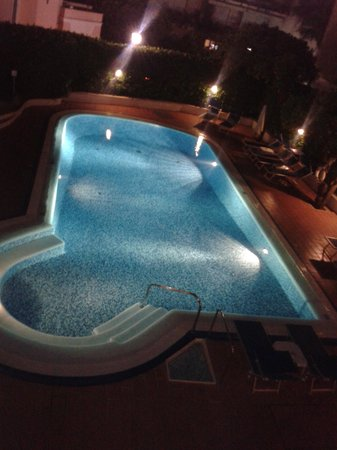Hotel Caravel Sorrento: Swimming pool at night