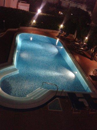 هوتل كارافيل: Swimming pool at night