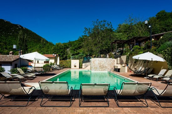 La piscina del resort borgo santa lucia picture of - Lucia la piedra piscina ...