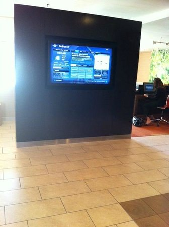 Courtyard St. Louis Creve Coeur: Lobby TV screen with weather info