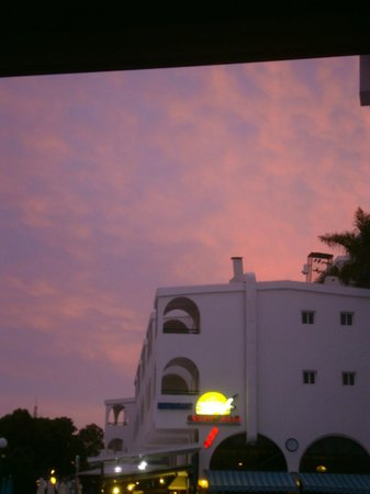 Colina Mar Apartments: sunset over hotel